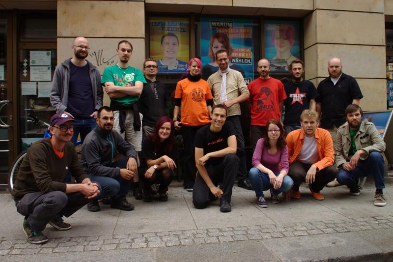 zu sehen sind viele Piraten aus Tschechien, Polen, Österreich, Frankreich und Deutschland vor der Landesgeschäftsstelle der Piraten Sachsen