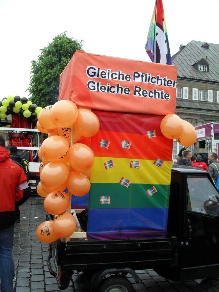 der Piratenwagen auf dem CSd mit Luftballons und Regenbogenfahne