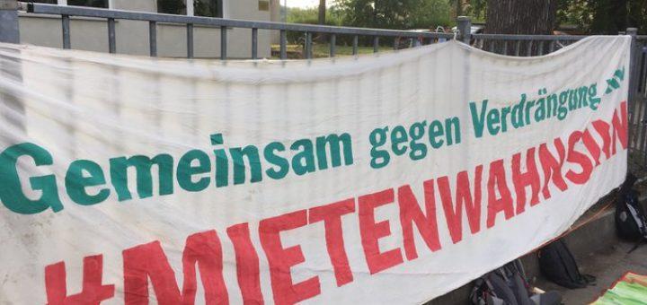 """Auf dem Foto sieht man den Schriftzug """"Gemeinsam gegen Verdrängung - Mietenwahnsinn stoppen"""""""