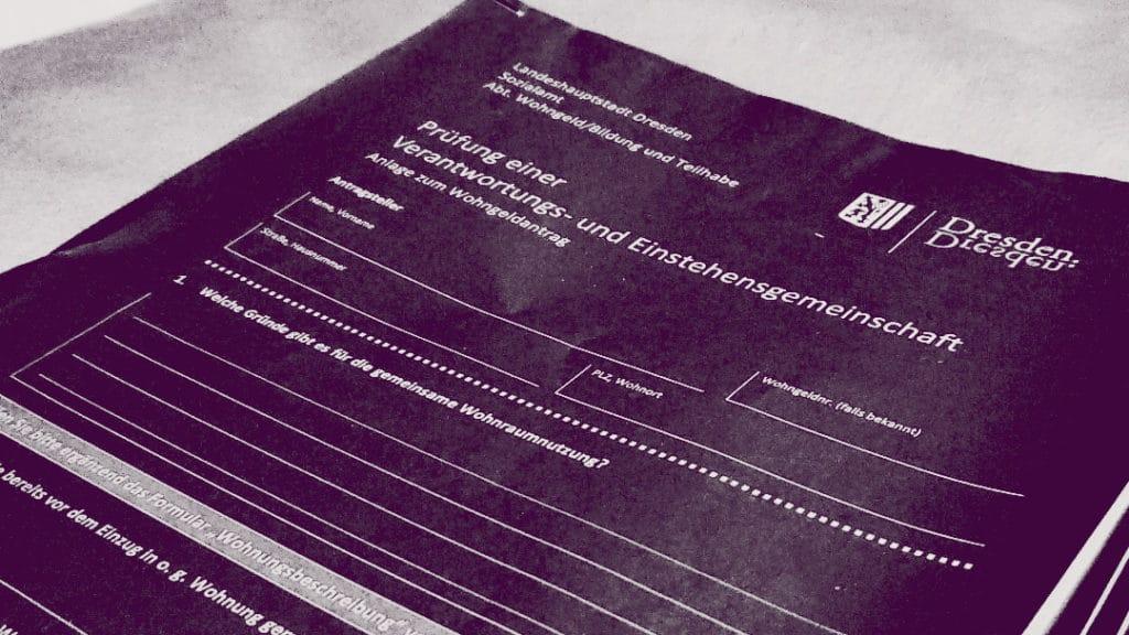 Auf dem Bild sieht man einen lila eingefärbten Wohngeldantrag der Stadt Dresden.